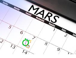Bild på en kalender över Mars månad. Bilden illustrerar att du med hjälp av vår menskalender kan planera bättre för de dagar du är sannolik att få mens.