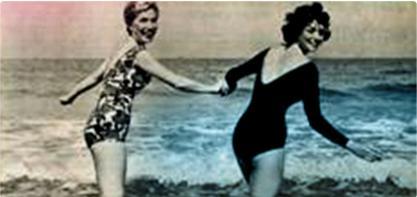 Bild på två kvinnor i baddräkt som håller handen. Bilden är gammaldags och illustrerar den kvinnliga revolutionen. o.b. gamla logotyp i högra hörnet.