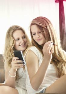 Bild på två unga tonåringar. Bilden illustrerar att du kan hitta all information du letar efter på o.b.® tonåringars hemsida.
